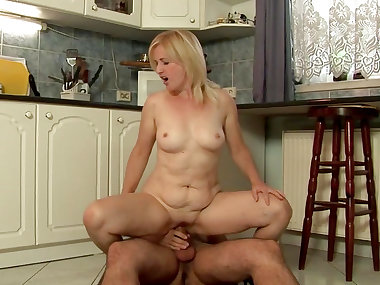 Mature bimbo sure loves it deep
