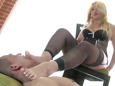 Leggy blonde shows off her stunning skills