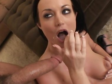 MILF Melissa Lauren fucks in her snatch
