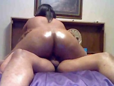 Amateur with oiled booty is riding on the dick