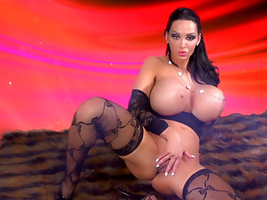 Beauty Amy Anderssen shows her giant fake boobies