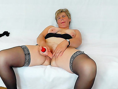 Mature woman in stockings plows her cooter