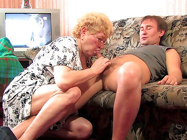 Sexy chubby old babe is sucking a dick