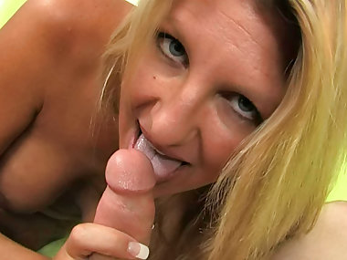 Curvy mom Jezebel Jones sucks a dick