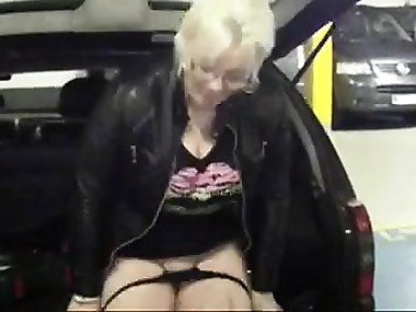 Shanon from kinkyandlonelycom - Real exhibitionist mom