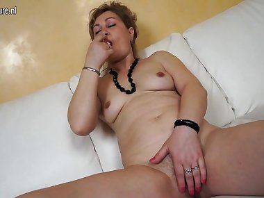 Lilli from kinkyandlonelycom - Naughty mature mom home alone