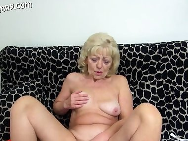 Horny mom love solo sex.