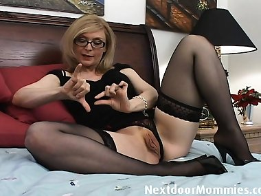 Naughty cougar love to give handjobsNaughty blond mom loves