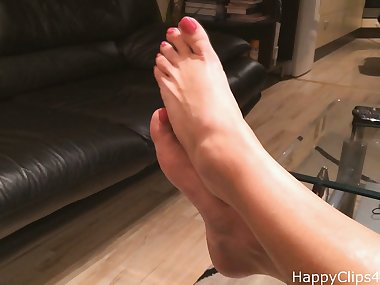 Mom\'s long wrinkled soles, and highly arched feet