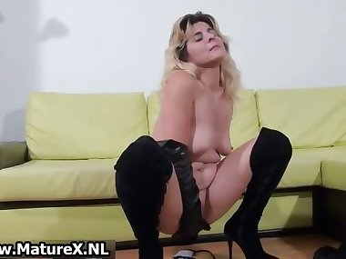 Amateur mom loves finger fucking part6