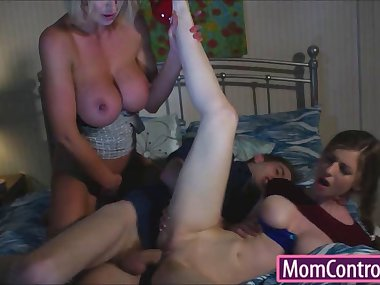 Stepmom Leigh Darby teaches stepdaughter how to fuck good
