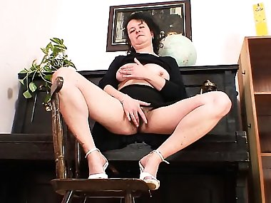 Older mature mom gaping pussy then stuffing her..