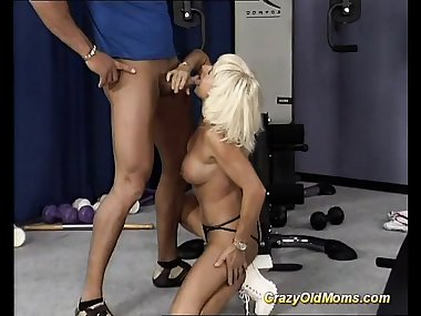 my sporty muscle mom fuck her horny trainer in the gym