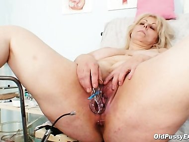 Big boobs mom gets her both holes properly..
