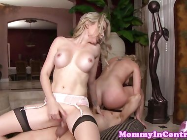 Bigboobs mommy queening in threesome