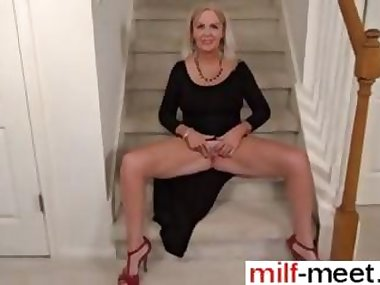Blonde mature fingering and rubbing her old juicy clit close up